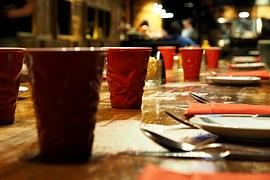 Alle an einem Tisch